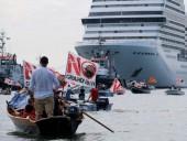 Венеция встретила первый круизный лайнер экологическими протестами