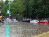 Апокалиптический ливень в Москве: дороги и улицы превратились в реки, а несколько станций метро - залило
