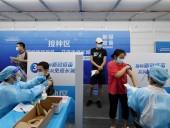 Китай сообщил, что провел уже более 1,3 млрд прививок от COVID-19