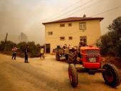 В Анталии вспыхнули масштабные лесные пожары. Людей эвакуируют