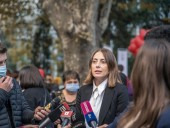 В Грузии мужчина пытался наехать на лидера оппозиции Хатию Деканоизде. Полиция расследует мелкое хулиганство