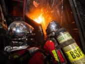 Пламя высотой несколько метров и густой столб дыма: в Париже произошел сильный пожар возле посольства Италии