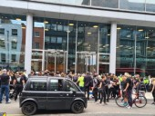 Протесты в Лондоне: люди заблокировали офисы двух телеканалов через дезинформацию