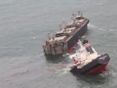 У берегов Японии село на мель и раскололось судно - произошла утечка нефти